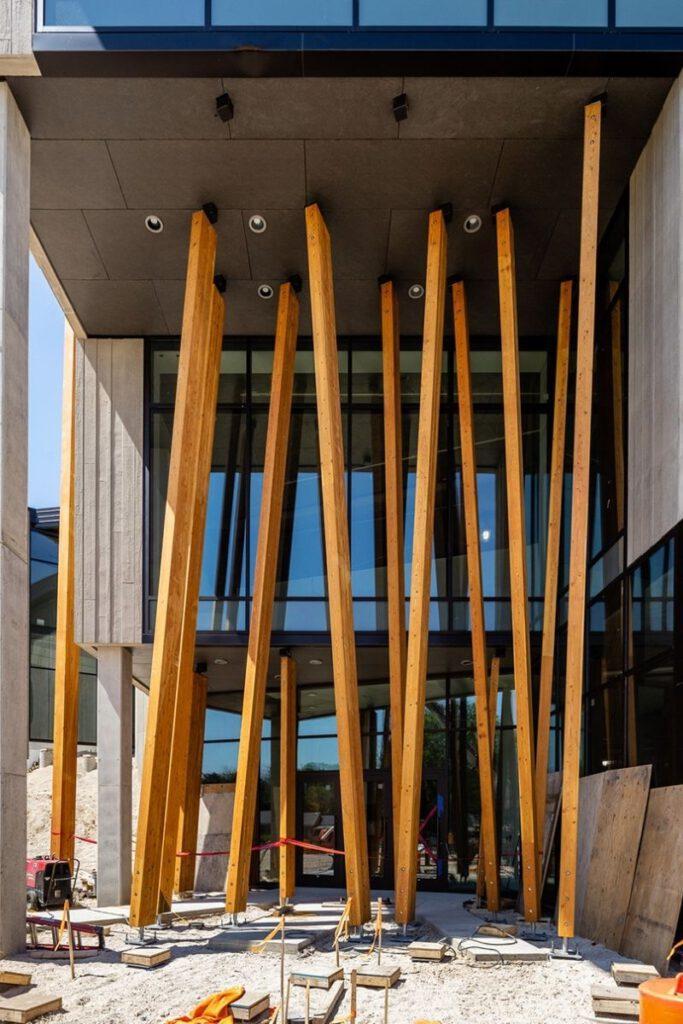 Künstliche Bäume beim Eingang