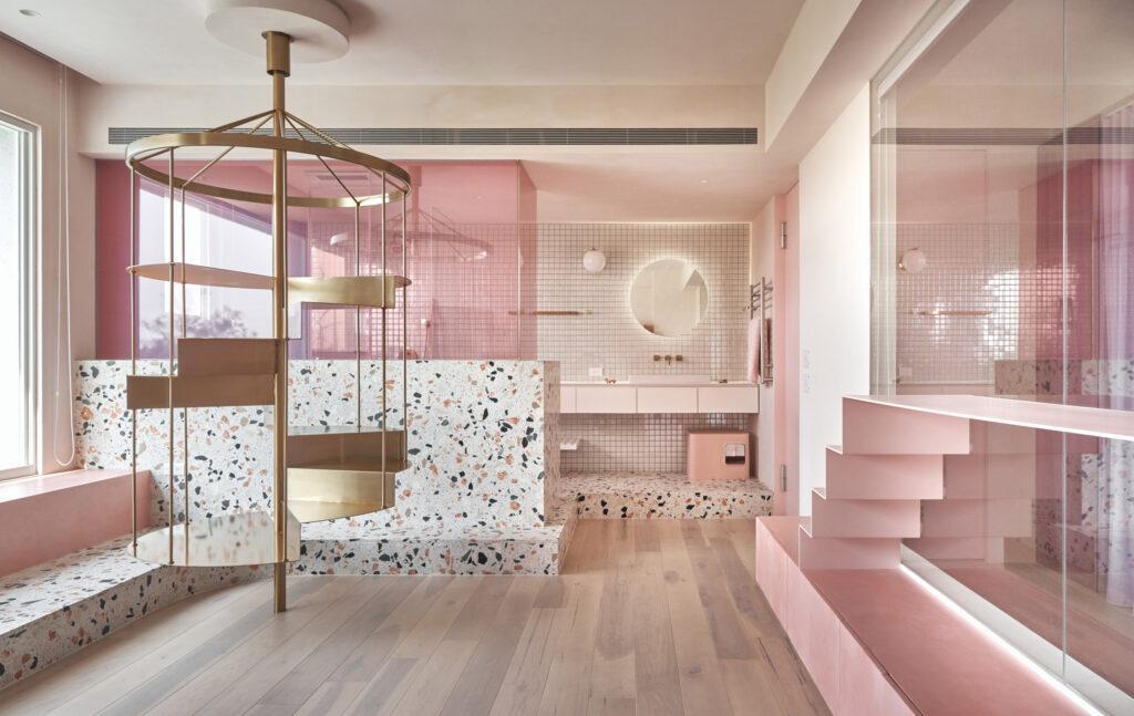 Katzenklo in rosa im rosa Haus