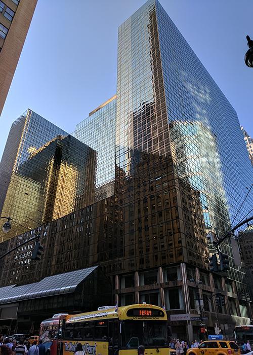 "Das ""Commodore"" nach dem Umbau: Trumps dunkel verglastes ""Grand Hyatt"" in Manhattan. (Bild: Jhw57, CC BY-SA 4.0, creativecommons.org/licenses/by-sa/4.0 / Wikimedia Commons)"
