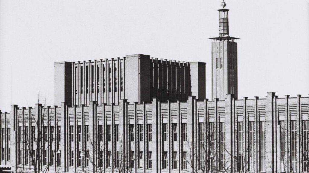 Backsteinummantelung der Hallen um 1928