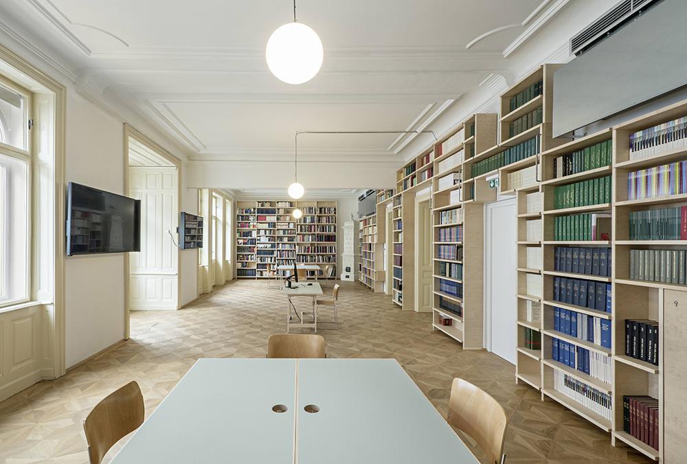 Die renovierte Bibliothek mit Lesesaal im Wiener Freud Museum. (Bild: Hertha Hurnaus, Sigmund Freud Privatstiftung)