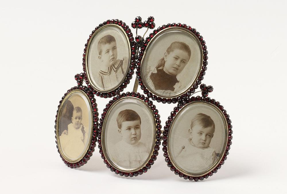 Award-Anwärter Freud Museum: Granatmedaillon mit Fotos der Kinder Freuds. (Bild: Günter König, Sigmund Freud Privatstiftung)