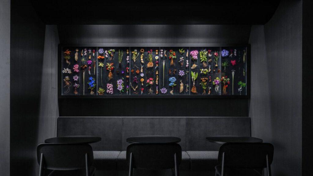 Die Blumenskultur von Makoto Azuma hinter Glas