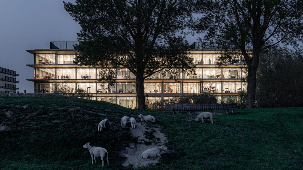 Moderne Arbeitswelt: Die Süd-Fassade des ASICS-Firmensitzes. (Bild: Sebastian van Damme)