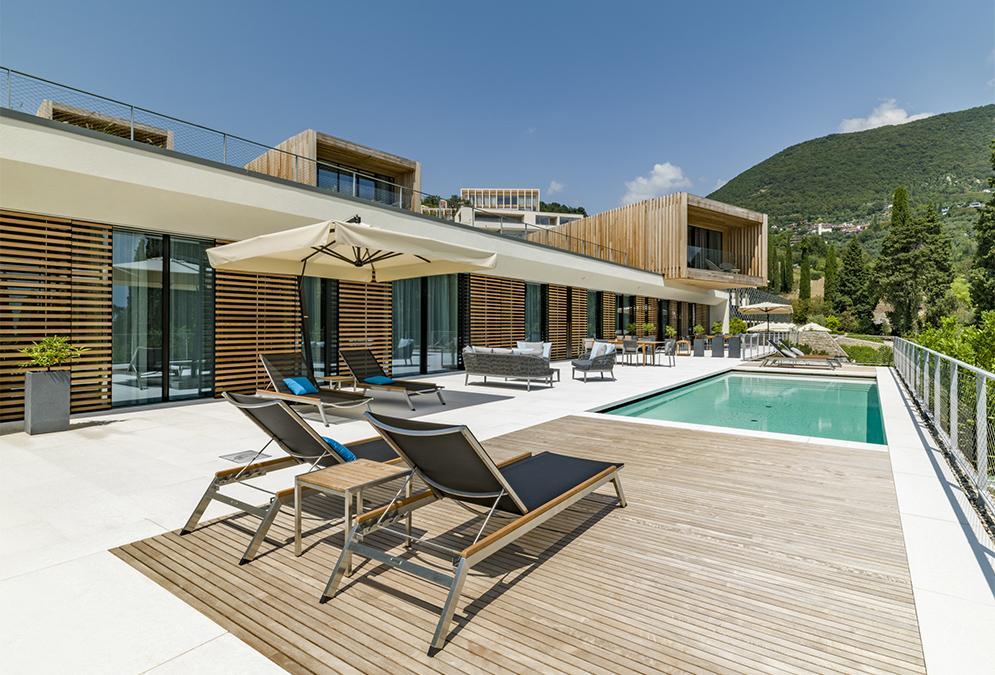 """""""Eden"""" für Genießer: Pool-Terrasse und """"Wein-Ecke"""" einer """"Landmark Villa"""".  (Bild: Eden Reserve, Hotel & Villas)"""