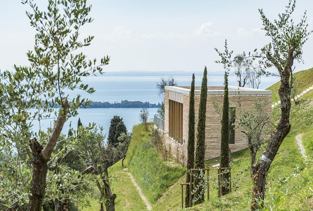 """Chipperfield am Gardasee: Gästehaus im """"Eden Reserve"""" (Bild: Eden Reserve, Hotel & Villas)"""