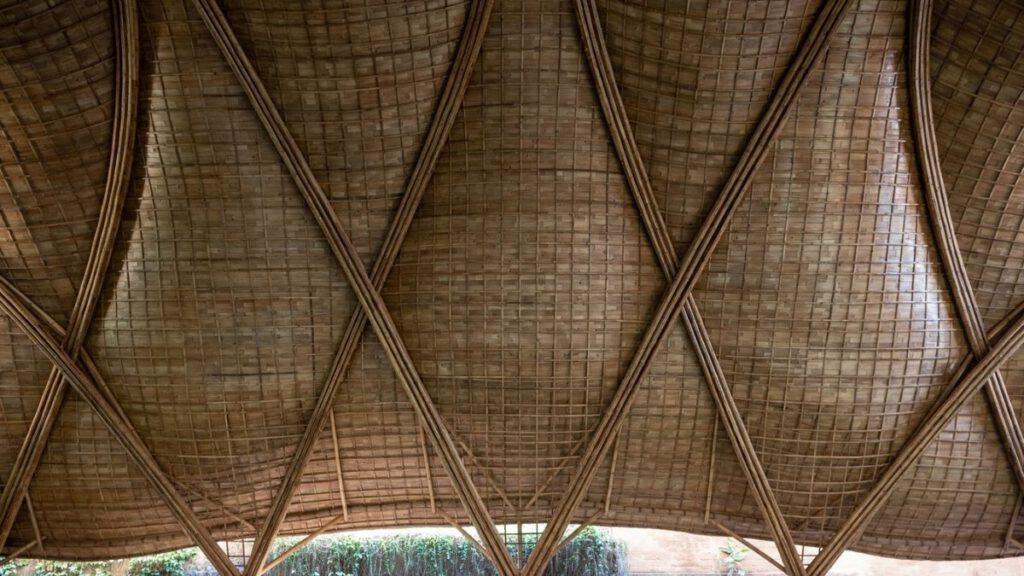 IBUKUs Bambus, der selektiv aus lokalen Quellen geerntet wird, wird ökologisch behandelt und anschließend im Labor getestet, um seine Haltbarkeit und Integrität zu bestätigen