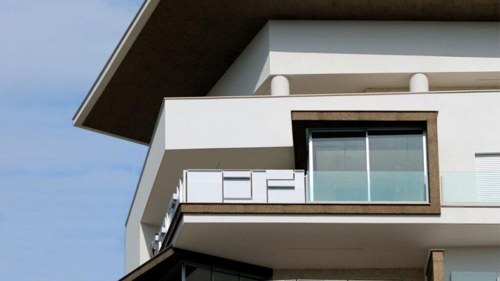 Mehrstöckiges Wohngebäude aus Hanfziegeln