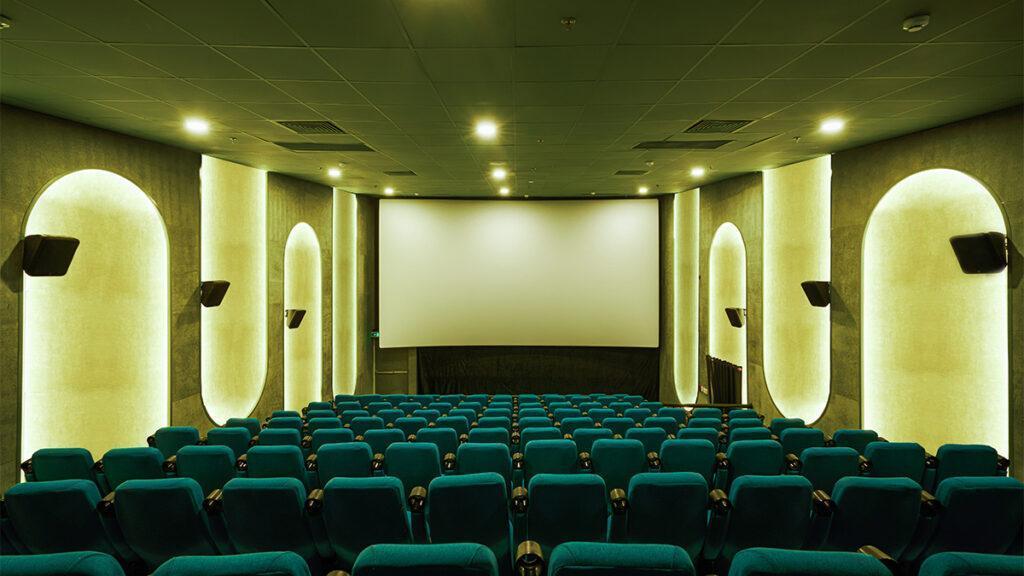 Starke Farben, auch in den Sälen: Das neue Kino in Ho-Chi-Minh-Stadt, das die historischen Bauten von Saigon würdigt. (Bild: Do Sy / Module K)
