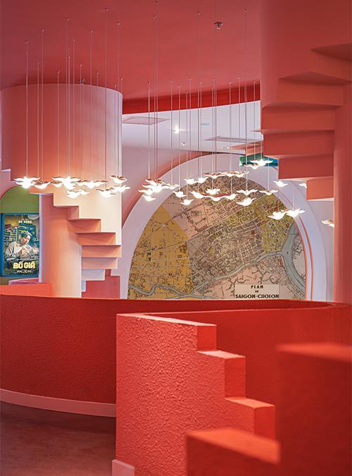 """Starke Farben, geometrische Formen: Das Design des neuen Kinos """"spielt"""" mit der Architektur der Sehenswürdigkeiten von Saigon. (Bild: Do Sy / Module K)"""
