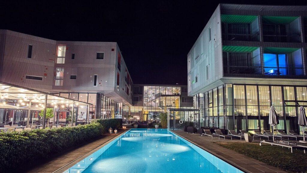 """das """"alte"""" Loisium Hotel bei Nacht"""